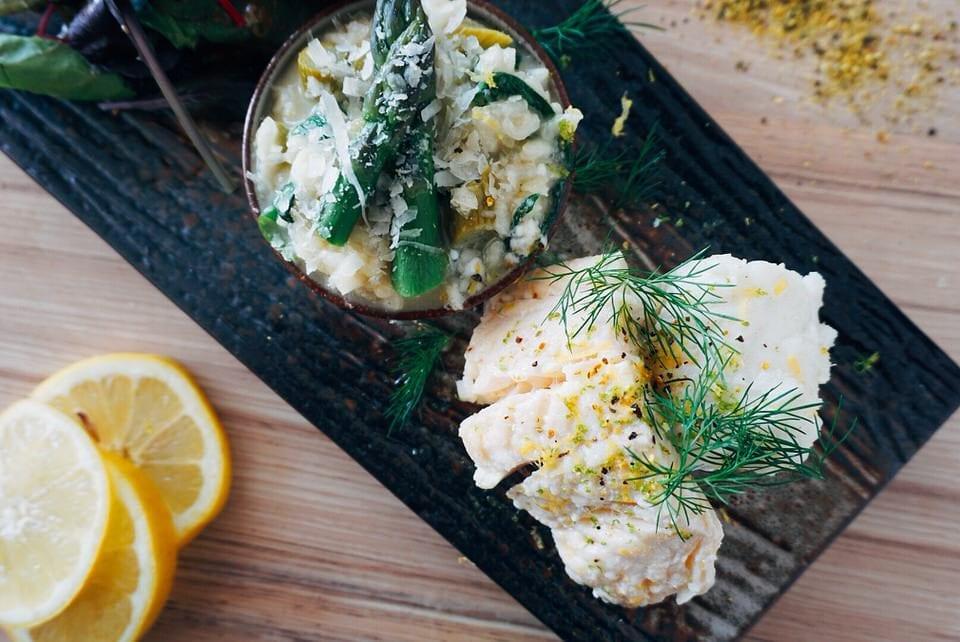 Kabeljau Rezept: In Zitronenöl konfiert auf Spargel-Bärlauch-Risotto