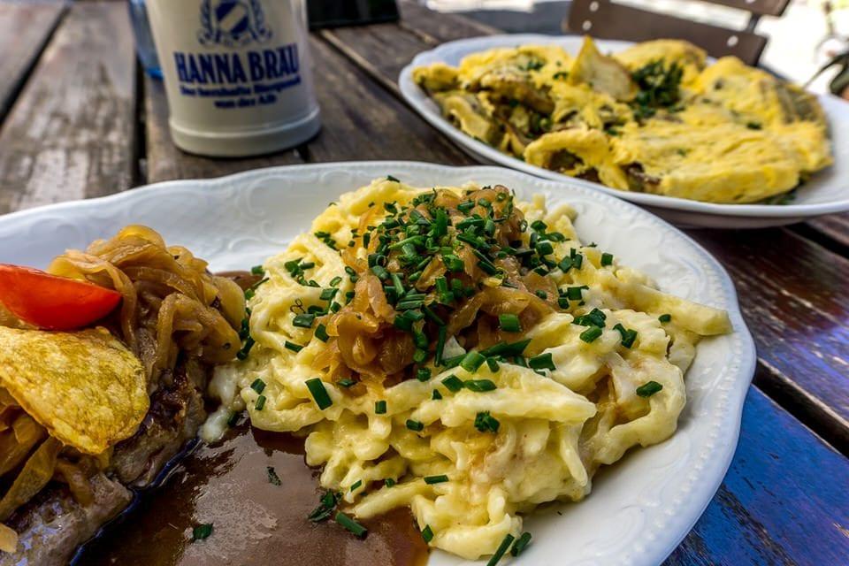 Ziebelrostbraten und leckere Käsespätzle
