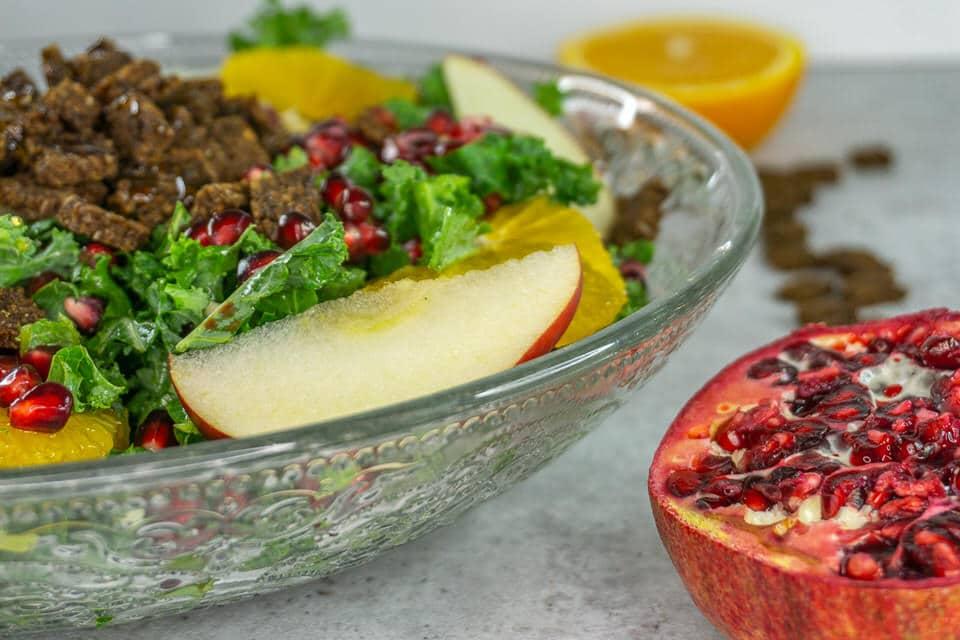 Grünkohl Salat mit Granatapfel und knusprigen Pumpernickel Croutons