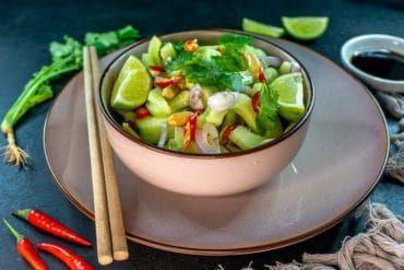 Ajaad - einfacher Thai Gurkensalat mit Chili und Koriander